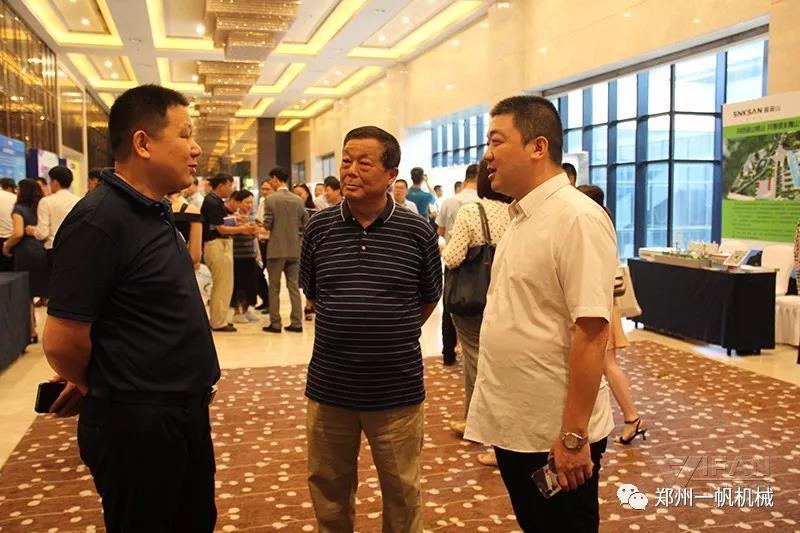 郑州一帆展位现场与行业相关人士交流